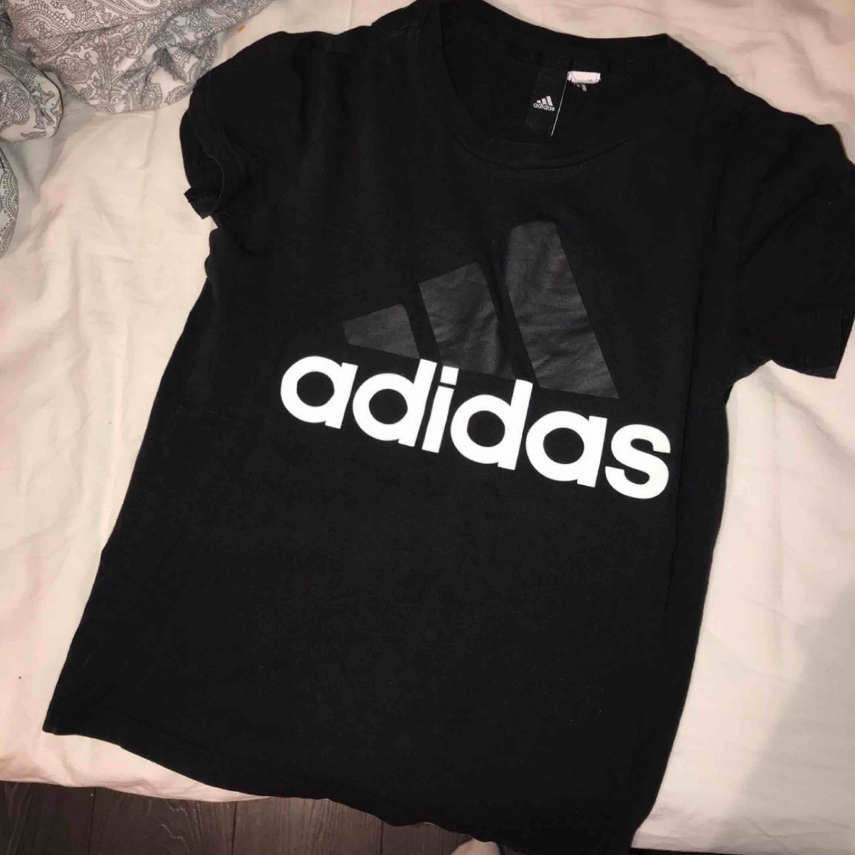 Vit t-shirt i storlek xs, använd men i fint skick. Har klippt av lappen där storleken ska stå. Nypris ca 250kr, säljer den för 100kr elr bud Kan skickas mot fraktkostnad . T-shirts.