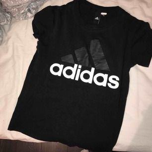 Vit t-shirt i storlek xs, använd men i fint skick. Har klippt av lappen där storleken ska stå. Nypris ca 250kr, säljer den för 100kr elr bud Kan skickas mot fraktkostnad