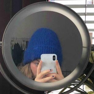 En blå, jättefin mössa ifrån Carin Wester. Köptes förra året men använd väldigt lite och det är därför jag även säljer den.  Kan mötas på Södermalm eller så kan jag skicka den. Frakten ingår inte i priset.