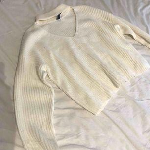 En vit jättefin stickad tröja, mer creamfärgad än kritvit. Storlek s, nypris ca 300kr Säljer för 150kr el bud Kan skickas mot fraktkostnad.