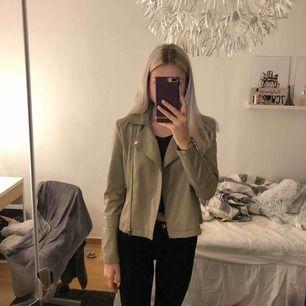 Jättefin skinnjacka, aldrig använd säljer billigt för att bli av med den! Frakt tillkommer eller så möts vi upp i stockholm