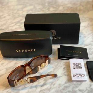 """Helt nya oanvända solglasögon ifrån Versaces ikoniska """"biggie"""" collab. Unisex. Modellen är helt slutsålda i denna färgen! Kvitto, och äkthetsbevis finns  Nypris 2300:-"""