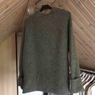 Snygg grå stickad tröja från gina
