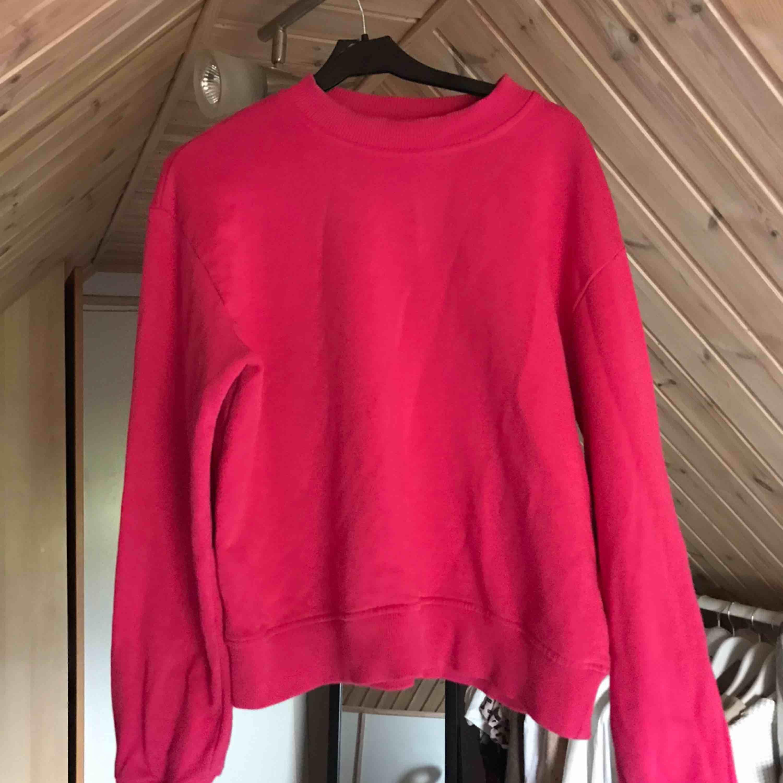 Snygg sweatshirt från NAKD i stark rosa färg. Toppar.