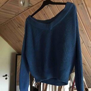 Snygg blå stickad tröja från gina, stor halsringning!