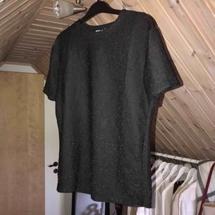 Glittrig t-shirt från hm i storlek xs men passar även en s och en m