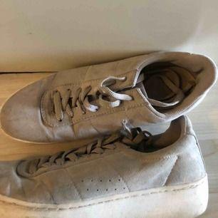 Supersnygga beiga sneakers med relativt hög platå! Perfekta sneakersen till hösten och väldigt bra skick! Inköpta för 499kr på DinSko! Tvättas och rengörs innan postning såklart:)