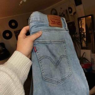 Skit snygga jeans från levis, kommer tyvärr inte till användning så mycket som jag önskar! Använda fåtal gånger, eventuell frakt tillkommer!