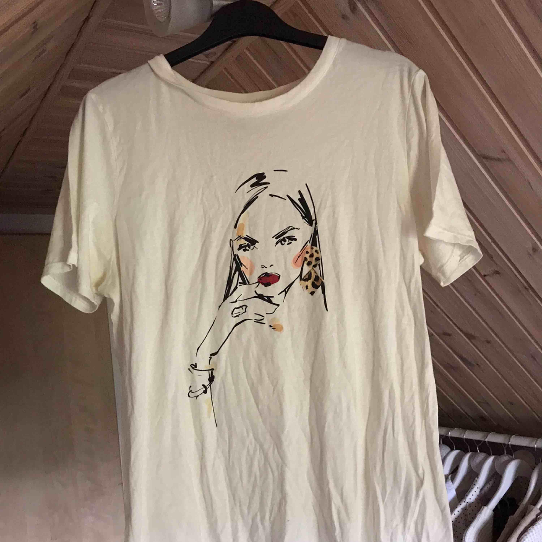 Tshirt med tryck på. T-shirts.