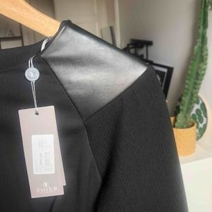 Jättefin helt oanvänd (prislapp kvar) klänning från Tiger Of Sweden. Köpt på outlet för 899kr, ordinarie pris 2 499kr. Går till mitten av låren och är figursydd. Skicka meddelande för mer information!😌🤝