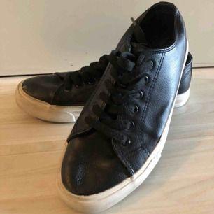 """Väldigt snygga fejk """"skinn"""" material sneakers, svarta inköpta ifrån Zalando, märket Anna Field för 399kr, säljer för 100:) Bra skick, perfekta till hösten och fester !!"""