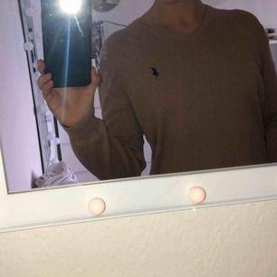 En v-ringad Ralph Lauren tröja. Superfin men kommer inte till användning av mig längre.  Priset kan diskuteras vid snabb affär 🥰