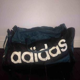 Så cool vintage Adidas bag, men kommer inte till användning för mig. Köpt på vintage-butik. Skicka meddelande om du vill veta mått.  Litet hål på undersidan av väskan! Se bild tre