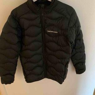 Snygg peak jacka som är nästan helt ny. Säljer pågrund av fel storlek. Ny pris 2000kr. Köparen står för frakt.