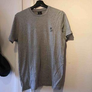 En OVO t-shirt köpt i drakes butik 'OVO STORE' i London.  Det är storlek small i killstorlek  Den är använd ungefär 4 gånger, du får även en OVO påse med den. De originella priset var runt £48.00