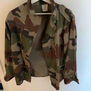 Super cool cammoflage jacka. Beställde den från Na-Kd för 700kr. Använd ett fåtal gånger men bra skick. Köparen står för frakt.
