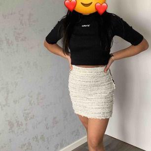 Säljer denna jättefina kjol från zara för att den aldrig kommer till användning.. köparen står för frakt