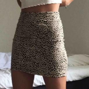 pris kan diskuteras, leopard kjol från brandy m. stretchigt material, dragkedja där bak.