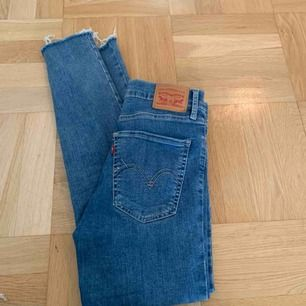Super snygga Levis jeans i väldigt skönt material, de är väldigt stretchiga. Köpta för 1100kr. Använda 3 gånger så skick 10/10.