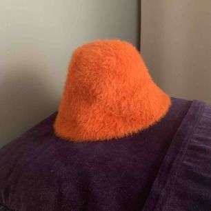 Fin pälsig bucket hat från Topshop. Påminner mkt om  kangol. Använd ett fåtal gr.  Köparen betalar frakten.