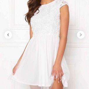 Så fin klänning som jag köpte till studenten, använde dock en annan så denna är ny. Typ genomskinligt tyg på ryggen. Lappen är kvar! Köpt för 499 kr på bubbleroom. Frakt tillkommer! 🥰
