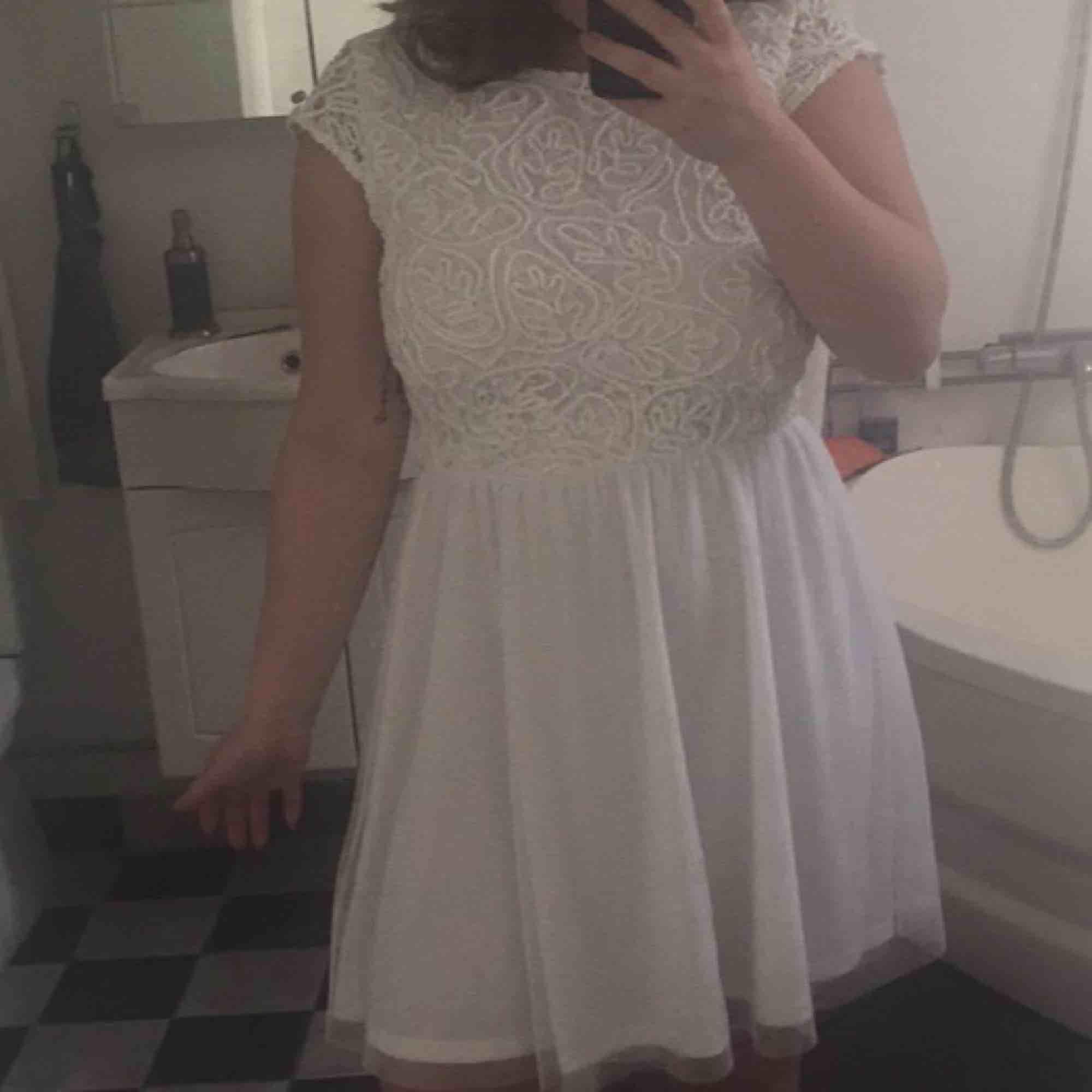Så fin klänning som jag köpte till studenten, använde dock en annan så denna är ny. Typ genomskinligt tyg på ryggen. Lappen är kvar! Köpt för 499 kr på bubbleroom. Frakt tillkommer! 🥰. Klänningar.