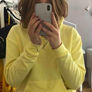 En gul hoodie från carlings, säljer då den aldrog kommer till användning.  Möts upp på söder eller skickar, frakten ingår inte i proset