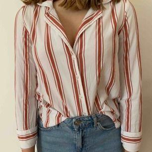 En så fin randig skjorta från BikBok i storlek Xs. Använd vid ett fåtal tillfällen och säljes på grund av att den inte kommer till användning. Köparen står för frakten men kan mötas upp i Helsingborg