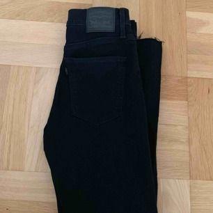 Super snygga svarta Levis jeans. Helt nya. Köpt för 1200kr o säljer pågrund av fel storlek.