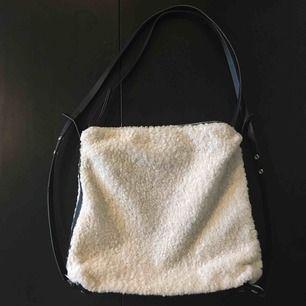 Väska från Carin Wester. Sparsamt använd. Mycket fint skick. Mått ca 31x37 cm. Kan användas som axelväska eller på ryggen (justerbara band).