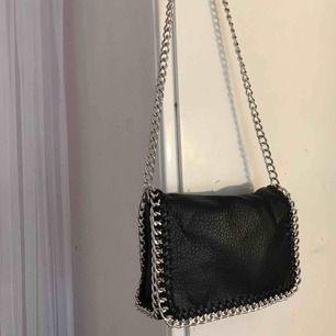 Super fin kedje väska som är sparsamt använd  Frakt står köparen för