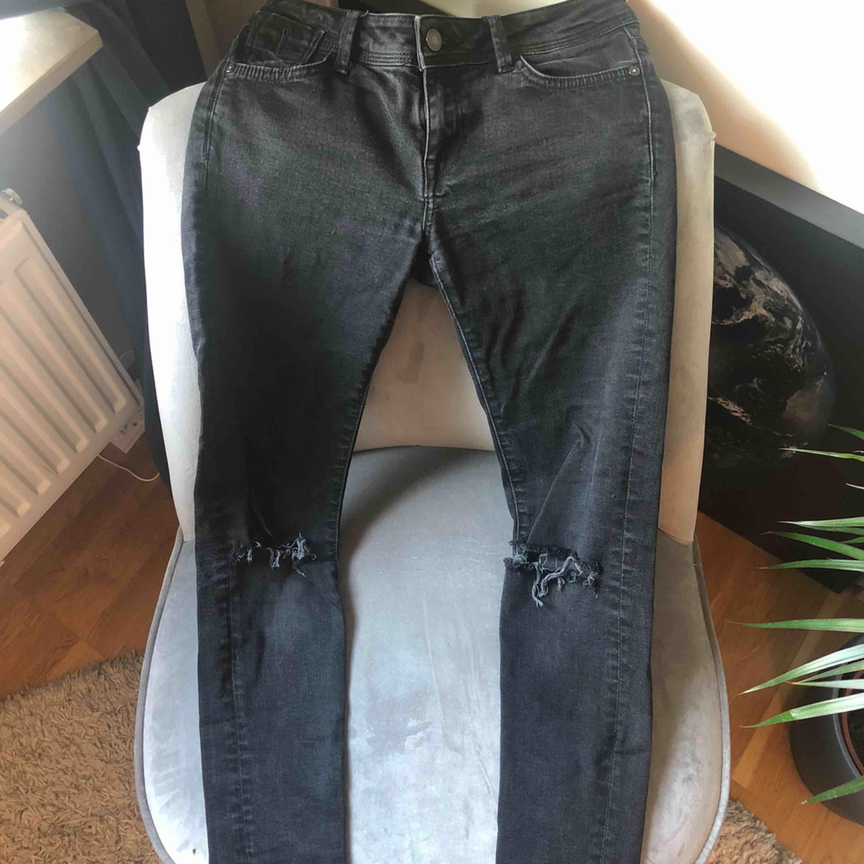 Svarta jeans med egen klippta hål vid knäna. . Jeans & Byxor.