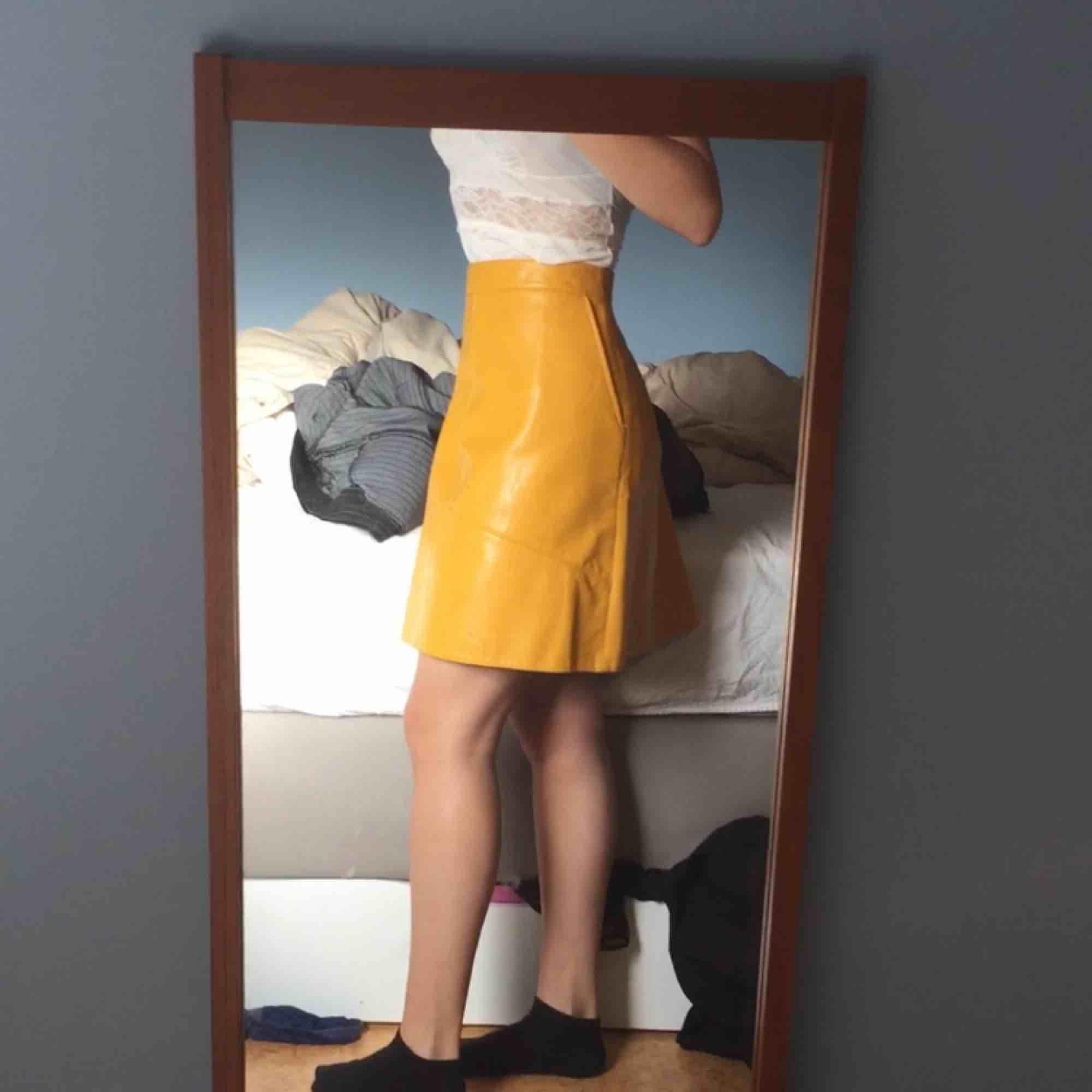 Jättefin kjol i fusk skinn från Zara. Storlek M. Aldrig använd, den va för stor för mig.  Nypris runt 300-400kr 🥰 Den har fickor.  Färgen är mest som på första bilden. Kjolar.