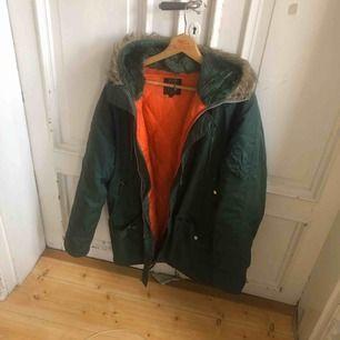 Snygg vintage jacka perfekt för höst och vinter. Uppskattar den från tidigt 80-tal. Kan hämtas i Uppsala eller skickas mot fraktkostnad