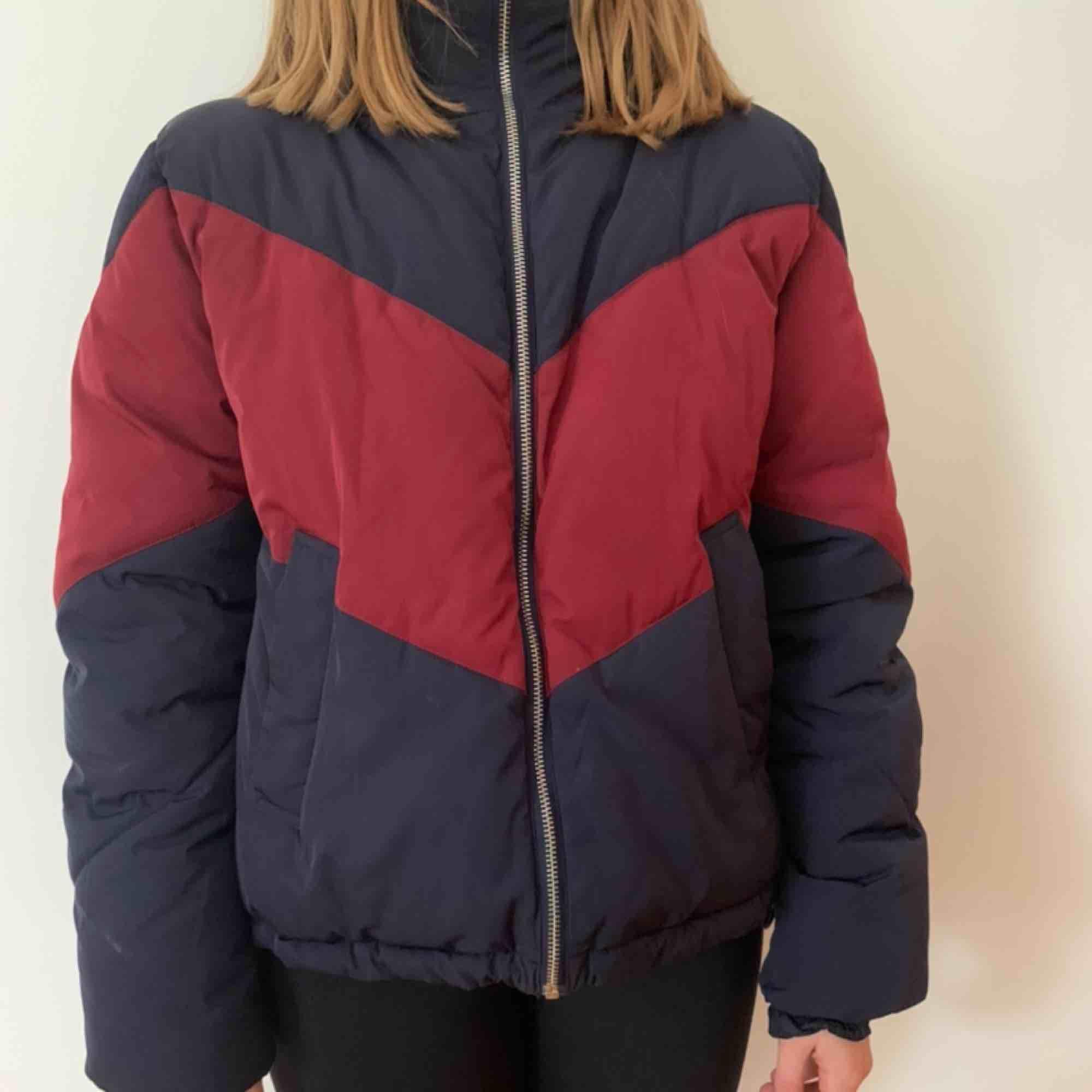 Jacka från HM perfekt nu till vintern. Säljes på grund av att den inte riktigt är min stil. Köparen står för frakten men kan mötas upp i Helsingborg.. Jackor.