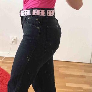 assnygga jeans från chic som sitter som en smäck! Raka i benen och skulle säga att dem är w.27 ungefär! Dem har knappar framtill och längden är perfekt på mig som är 165😊😍 pris kan diskuteras!