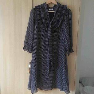Härlig klänning från ett märke som heter Pingla. Inköpt i en affär i Stockholm (tror jag!). Fick den av en vän, använd på ett bröllop. Hittar ingen storlek men uppskattar till 36-38 cirka.