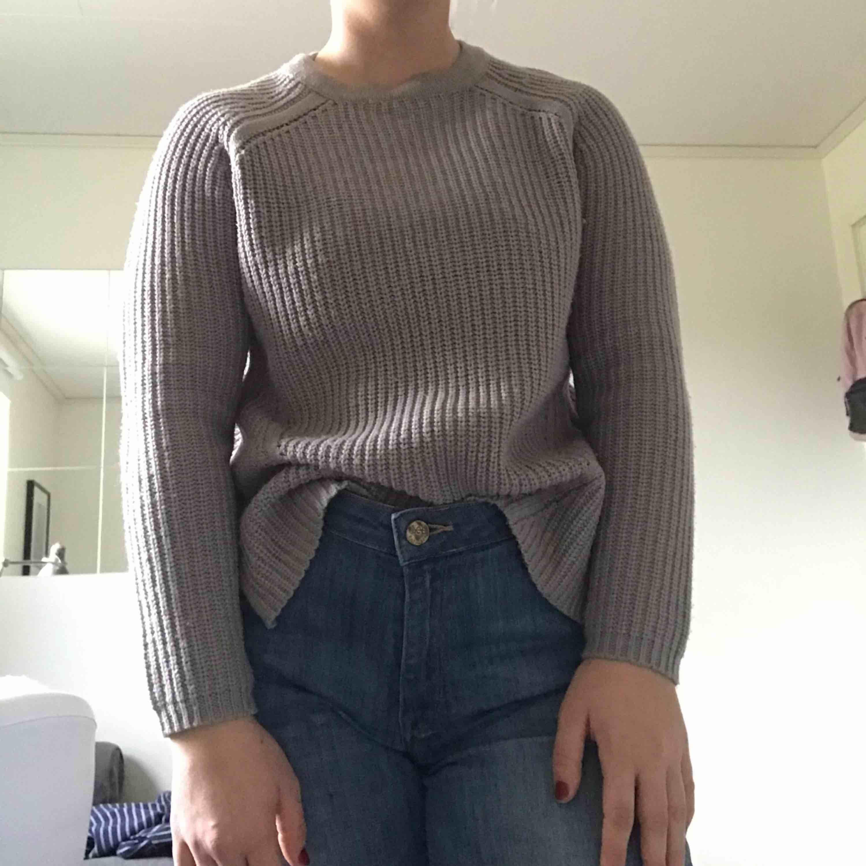 Jättefin grå stickad tröja från asos. Storleken är 32 men passar mig som är s vanligtvis. Använd men i väldigt bra skick. Köparen står för frakt. . Tröjor & Koftor.