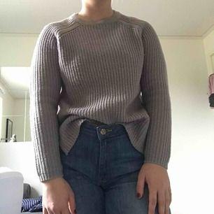 Jättefin grå stickad tröja från asos. Storleken är 32 men passar mig som är s vanligtvis. Använd men i väldigt bra skick. Köparen står för frakt.