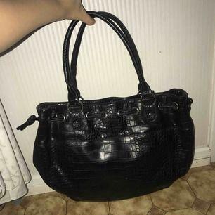 Hej säljer en Asos väska som inte kommer till användning, dm för mer bilder. Köparen står för frakten