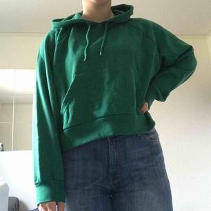 Grön Croppad hoodie från monki. Aldrig använd. Köparen betalar för frakt.