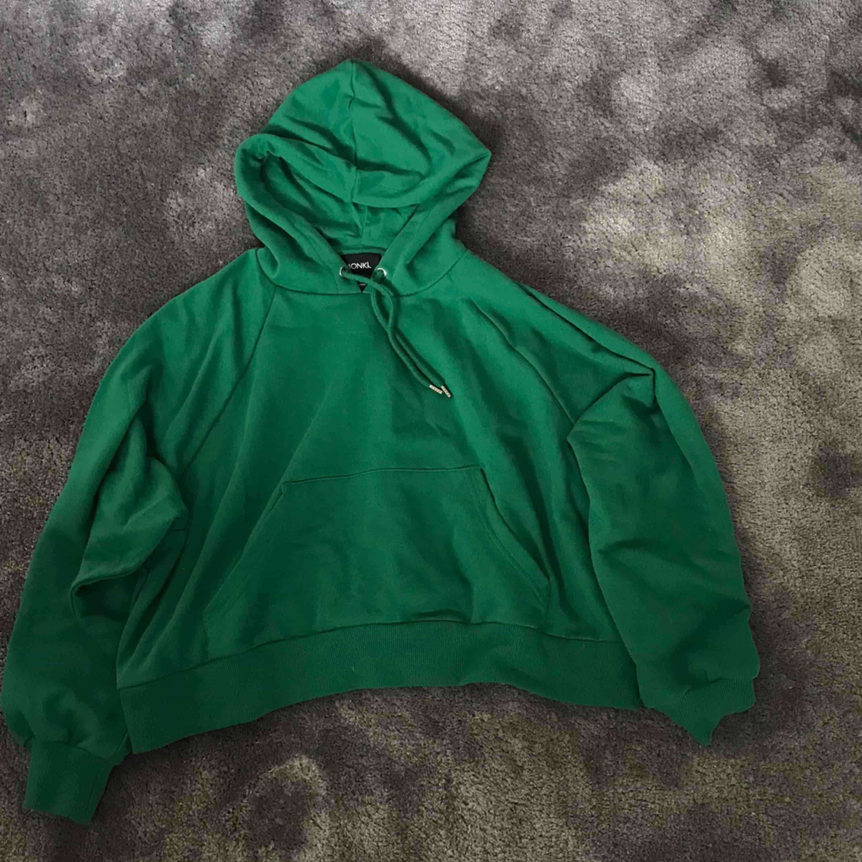 Grön Croppad hoodie från monki. Aldrig använd. Köparen betalar för frakt. . Huvtröjor & Träningströjor.