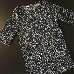 """T-shirt från Vila. Struktur i tyget. """"Fläckigt"""" mönster."""