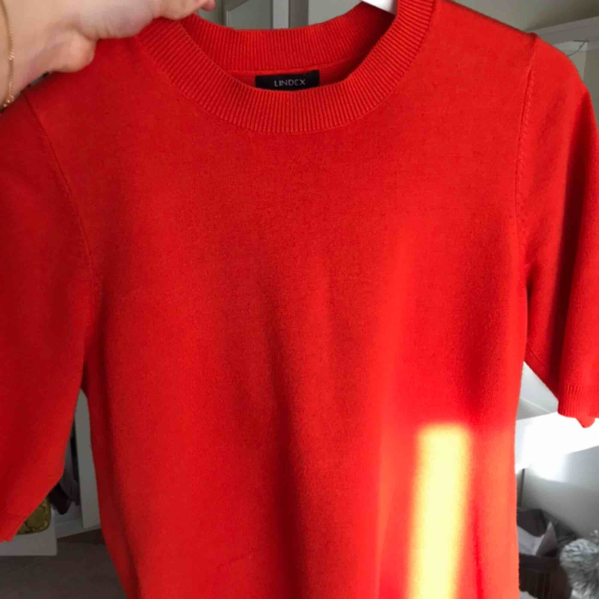 Tröja från Lindex i storlek S! Lite tjockare stretchigt material. Mer orange än röd.. Tröjor & Koftor.