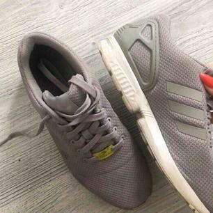 Adidas flux använda ett par gånger, inga defekter förutom att dom är lite smutsiga som går enkelt att tvätta bort. Passar storlek 40-41