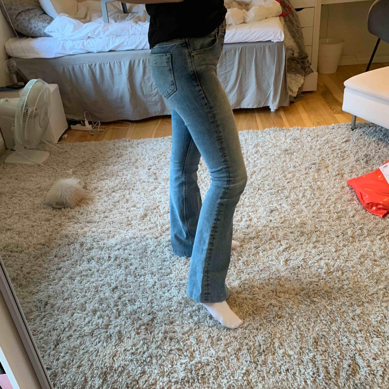 Bootcut jeans från Zara. Jättebra skick! Jag är 165cm på bilden.. Jeans & Byxor.