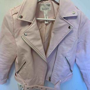 Fin skinnjacka från Zara. Storlek 152, aldrig använd.  Säljs pga för liten. Pris+frakt .