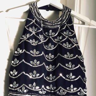 SÄLJER IHOP!   Säljer min balklänning och clutch då det inte kommer till användning längre. Perfekt om du till exempel ska på bal. Använda 1 gång. Storlek 36 (S) på klänningen. Paket pris!  Frakt tillkommer på 63kr.