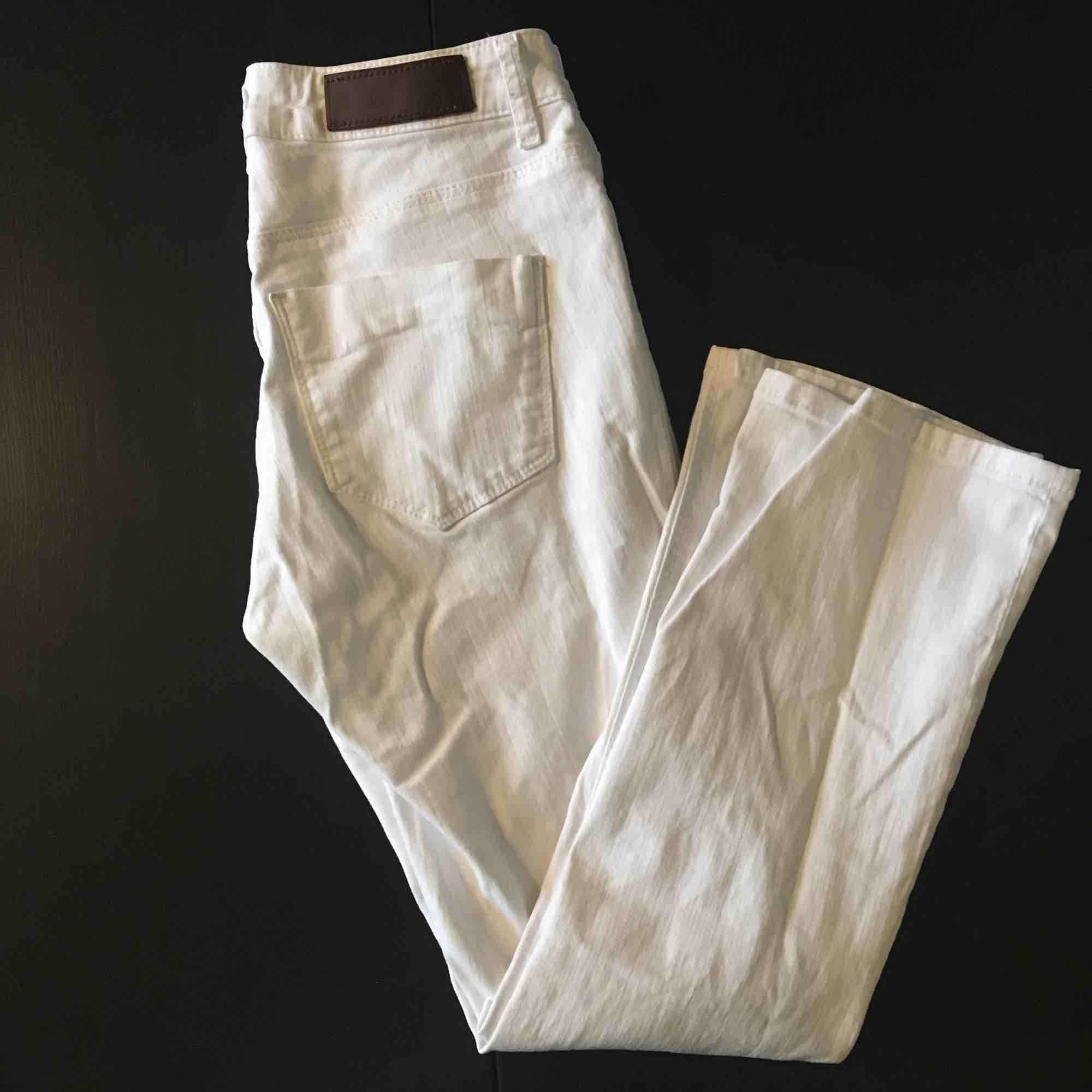 Babyflare jeans från Monoprix (Paris). Kritvita! Knappt använda. Mycket gott skick!. Jeans & Byxor.