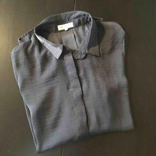 """Skjorta """"siden"""" från Moss Copenhagen. Duvblå färg. Långärmad."""